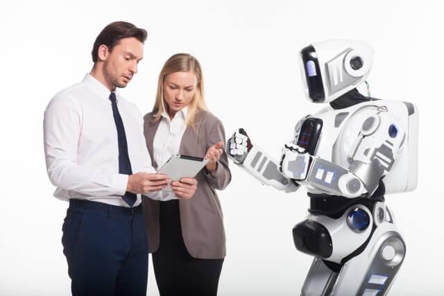 ロボットと男性と女性①