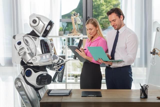 ロボットと男性と女性②